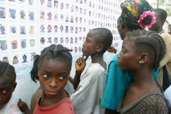 mass_tracing_posters_delegation_children_watching